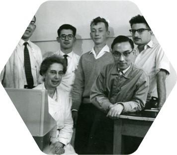 Lucia de Brouckère entourée de ses étudiants-chercheurs