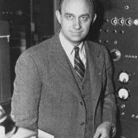 http://bib56.ulb.ac.be/uploads/r/null/9/7/0/970a1d64fd91036a3c7940611e4280abff928aa0f2b58dc1cac9c67d035a4ee7/387px-Enrico_Fermi_1943-49.jpg