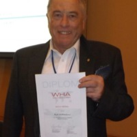 Kurt_Wüthrich_receives_World_Health_Academy_Gold_Medal.jpg